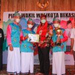 tri-adhiyanto-berikan-piala-wakil-walikota-bekasi-festival-lomba-hadroh
