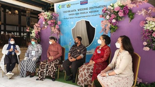 Kiri ke kanan: AD TV, Aries Tirta Amerta, dr. Wigung Wratsangka, Sugeng Prihatin, Dani Wigung, Management Royal Ambarukmo Hotel Yogyakarta